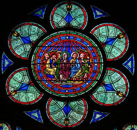 Vetrata nella cattedrale di Notre Dame, Parigi, Francia, raffigurante Madre Maria e i discepoli a Pentecoste