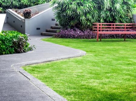 緑の草の背景と屋上庭園