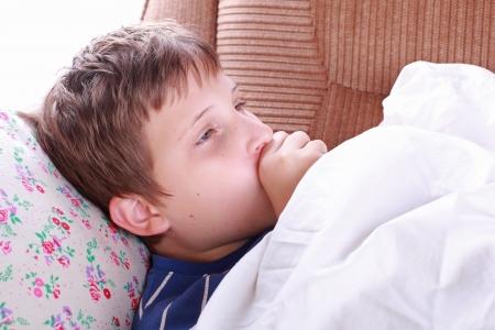 öksürük: Yatakta Genç hasta çocuk öksürük Stok Fotoğraf