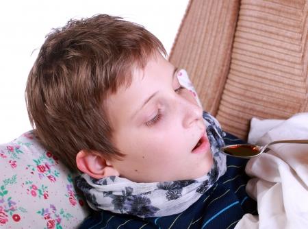 krankes kind: Krankes Kind nimmt Medikamente im Bett