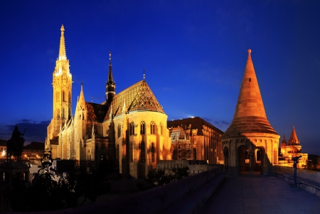 bastion: Matthias Church and Fisherman s bastion in Budapest at night