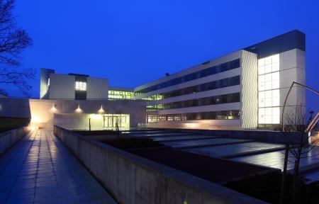 quartier g�n�ral: Ext�rieur moderne de construction commerciale en bleu
