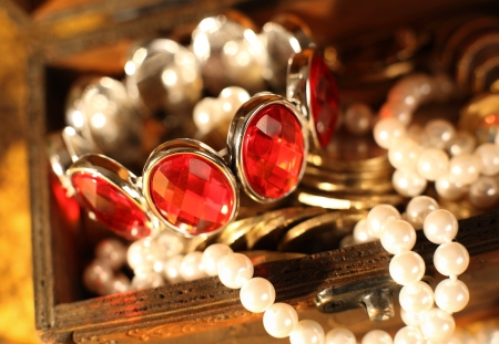 Tesoro lleno de joyas y un brazalete de perlas pecho Foto de archivo