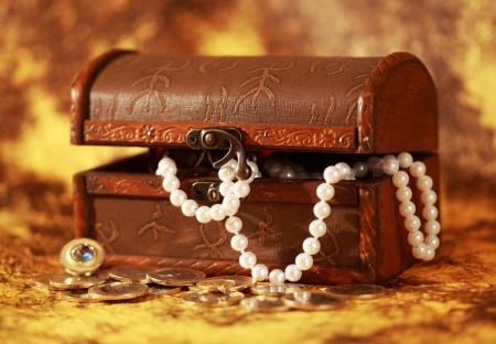 cabochon: Tesoro scrigno pieno di gioielli e braccialetto di perle