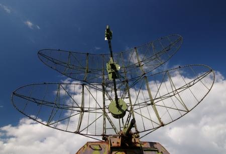 sonar: Stazione radar militare su uno sfondo di cielo nuvoloso