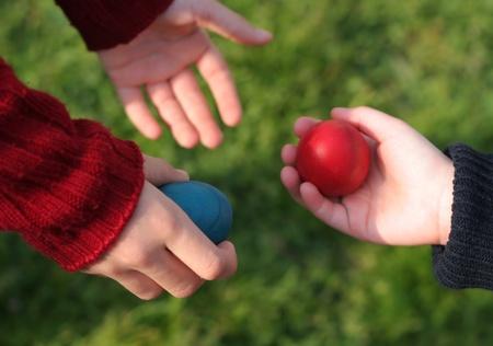 Kinderen geven elkaar paaseieren Stockfoto
