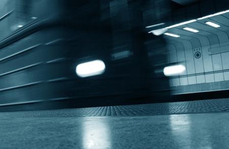 treno espresso: Treno espresso nel sottosuolo Archivio Fotografico