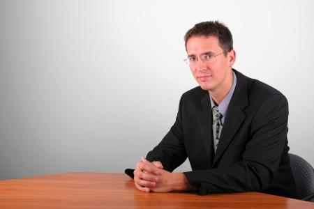 elegant business man: Uomo elegante di affari sedersi a tavola tha