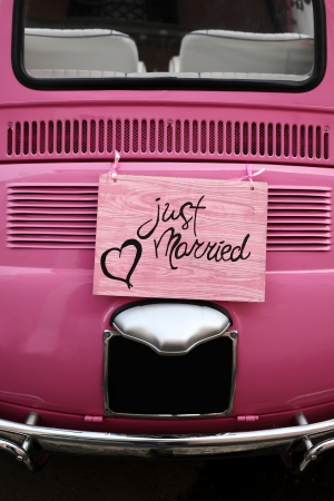 recien casados: Signo de la boda Apenas casado por un coche o la decoraci�n Foto de archivo