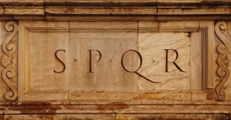 spqr: Roma, Italia romana SPQR símbolo, detalle de la arquitectura italiana