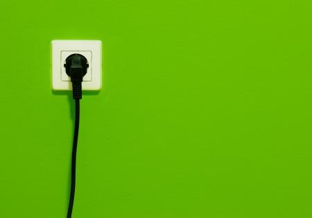 powerpoint: Power point blanco con cable el�ctrico en la pared verde