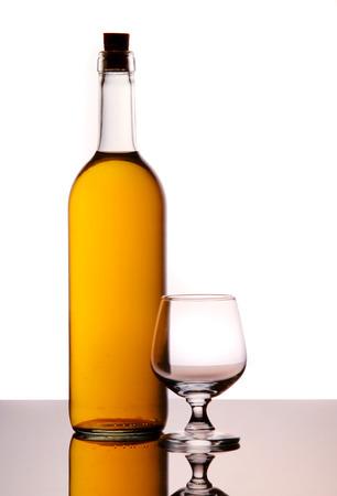 white wine bottle: Botella de vino blanco con vidrio