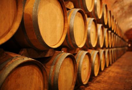 順序でワイン ボールトでワイン樽 写真素材