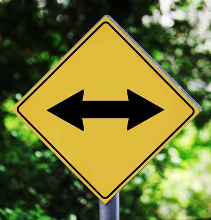 fl�che double: �tiquette de signalisation jaune avec double fl�che pictogramme Banque d'images