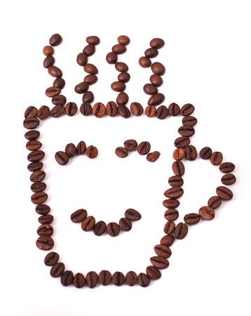 tomando refresco: Taza de caf� y de vapor a partir de granos, grano aislado en el fondo blanco