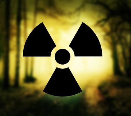 radiactividad: S�mbolo de la radiactividad con bosque brillante Foto de archivo