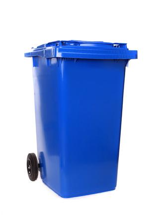 Enkele blauwe afvalcontainer op wit wordt geïsoleerd
