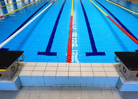 piscina olimpica: Borde de la piscina deportiva Editorial