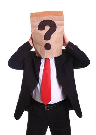 persona pensando: El hombre con una bolsa de papel en la cabeza