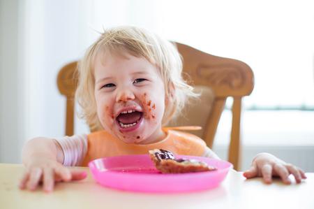 niños comiendo: niño dulce joven con la boca sucia Foto de archivo