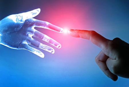robot: Kontakt pomiędzy człowiekiem a sztuczną ręką Zdjęcie Seryjne