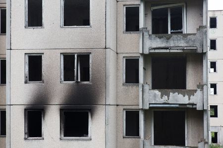 quemado: Concrete housing estate after fire Foto de archivo