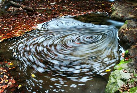 Whirlpool in the autum brook Фото со стока - 100143949