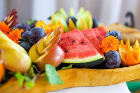 Frutero lleno de frutas maduras