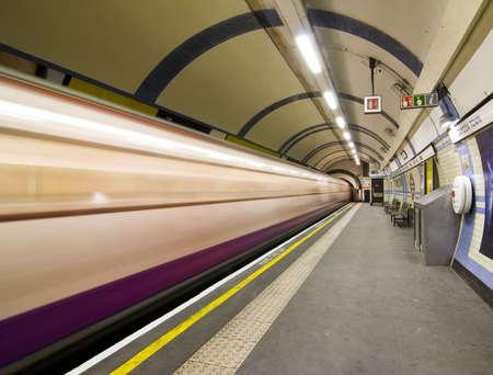 station m�tro: Floue arriv�e du train � Candem station de m�tro de Londres.  Banque d'images