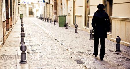 walking alone: Joven caminando sola en la ciudad Foto de archivo
