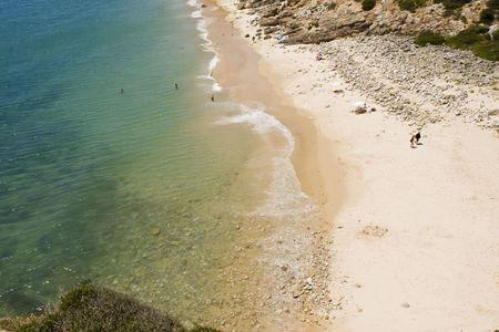 bathers: Vergine bella spiaggia con alcuni bagnanti si godono. Archivio Fotografico
