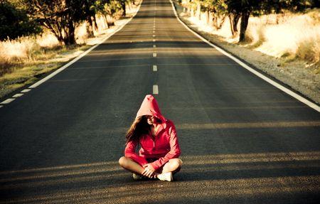 arbol de problemas: Irreconocible misteriosa mujer en el medio de la carretera.