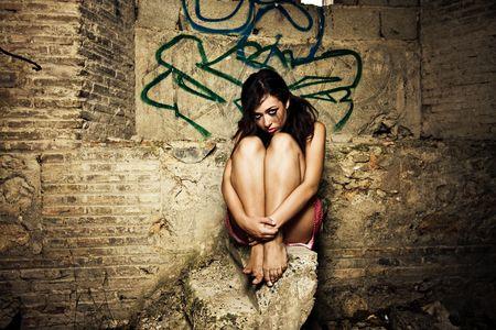 Miedo niña en un lugar sucio, corrupto maquillaje. Foto de archivo - 3538155