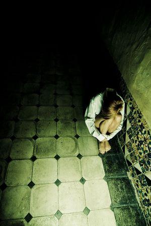 strafgefangene: Scared blonden Frau an der Wall  Lizenzfreie Bilder