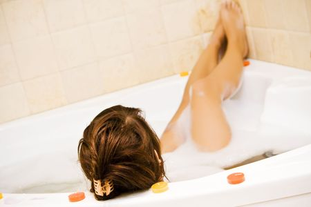 tub: Mujer joven en la piscina, se centran en la cabeza.