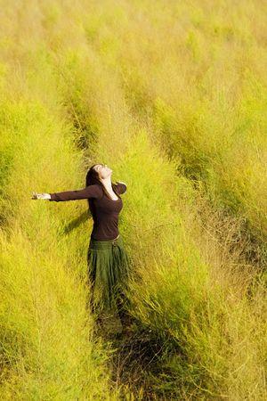 armonia: Mujer sensaci�n de libertad rodeado por el oto�o de colores.