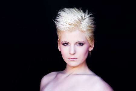 короткие волосы: Молодая красивая блондинка, изолированных на черном
