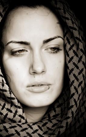 middle eastern clothing: Donna araba usando velo trafitto con la sua bocca.