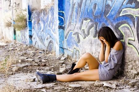 abuso sexual: Triste mujer joven en ropa casual Foto de archivo