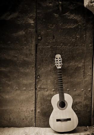 porte ancienne: Guitare classique sur de vieilles portes, tons s�pia.