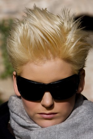 Kurze Haare, blonde Frau, unter Sonnenlicht. Lizenzfreie Bilder - 4204897