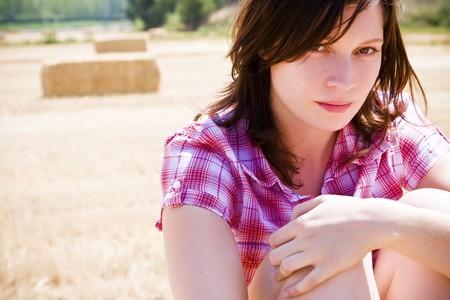 joven agricultor: Joven agricultor con los almiares posando como fondo Foto de archivo
