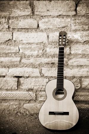 guitarra acustica: Guitarra cl�sica m�s antiguo brickwall Foto de archivo