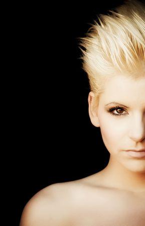 punk hair: Jeune femme chaude � moiti� plein portrait