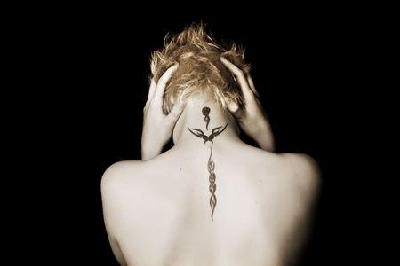 main sur l epaule: Desperate femme sur fond noir Banque d'images