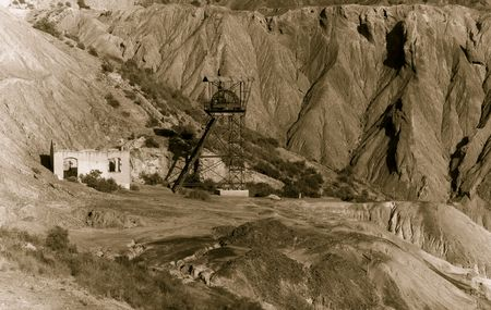 prospector: Maquinaria para la minería de edad abandonados en el desierto.