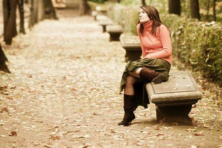 mujer pensativa: Pensativo mujer joven en el banco.