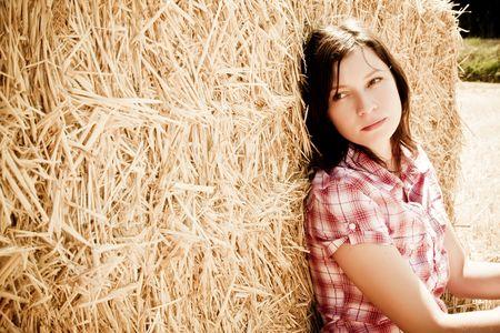 joven agricultor: Joven agricultor de descanso en el pajar
