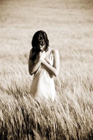soledad: Triste joven en pradera. Foto de archivo