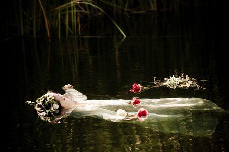 drown: Joven mujer se ahogan en una representaci�n po�tica.